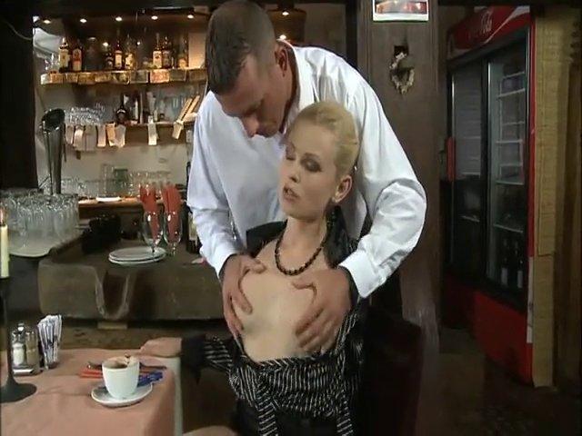 Belle blonde reste dans le bar pour baiser avec le barman