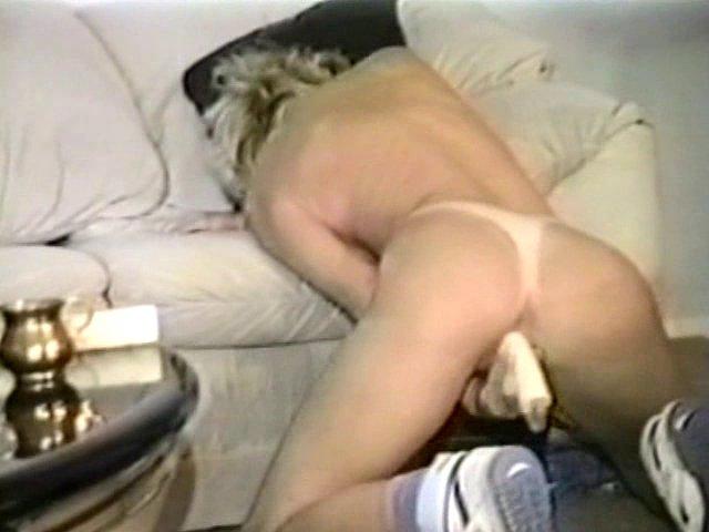 Blonde chaude se gode devant une caméra cachée