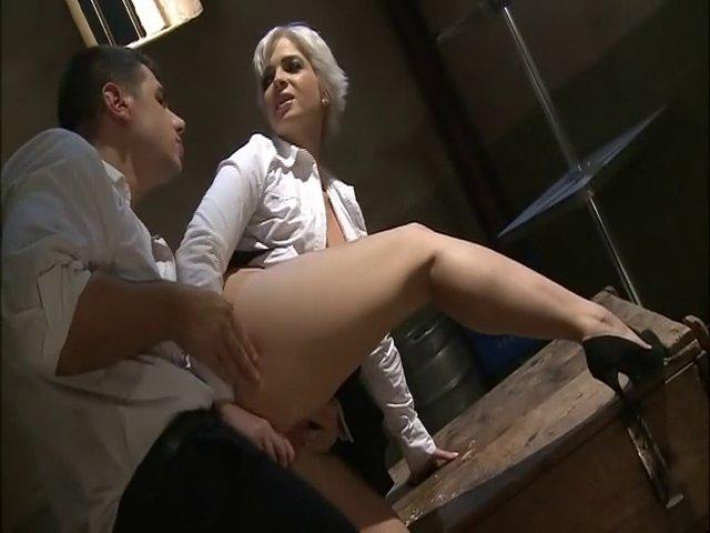 Grosse bite dans le cul d'une blonde assoiffée de sexe