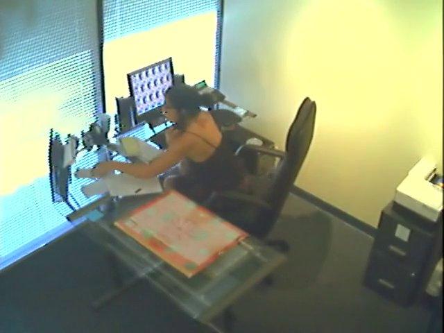 Réceptionniste cochonne se masturbe au travail