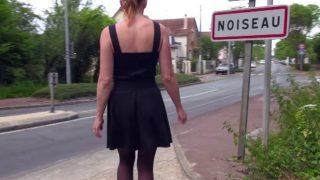 Une femme mature nue dans la rue et baisée en public