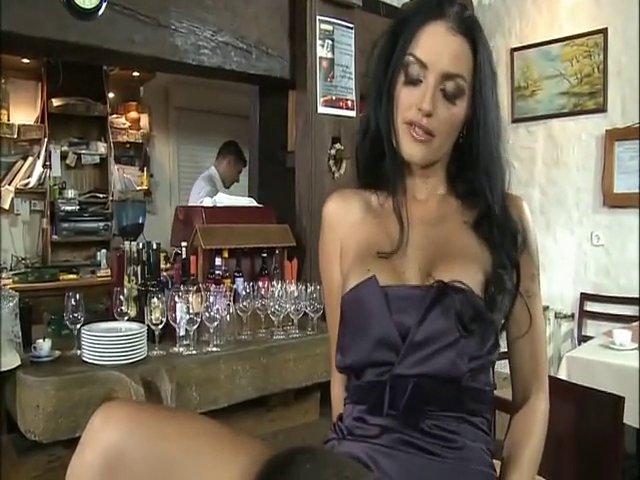 Partouze avec des salopes libertines dans un restaurant