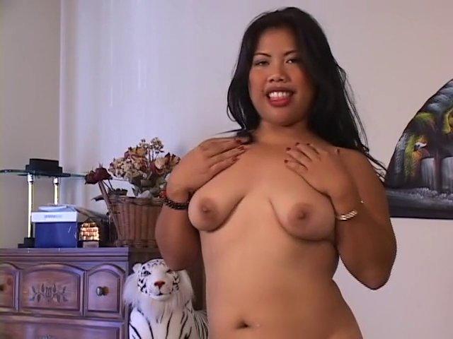 Nympho asiatique enculée dès son premier trio sexe