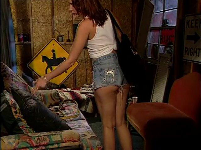 Il arrête son travail pour baiser cette brunette dans l'atelier
