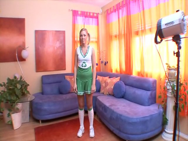 Pom Pom girl blonde se montre à poil devant la webcam