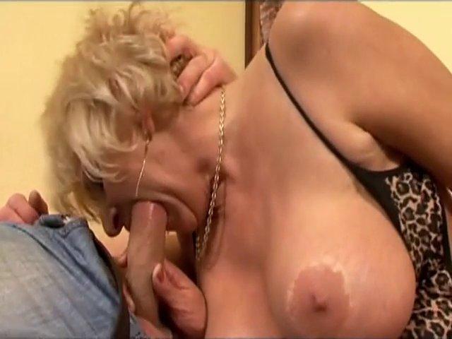 Double pénétration intense pour vieille blonde
