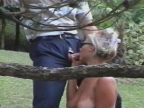 Jennifer baisée au jardin par un voyeur chanceux