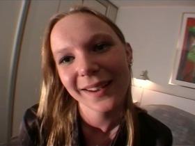 Jeu coquin d'une Teen sexy devant la caméra