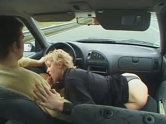 Salope suce en voiture