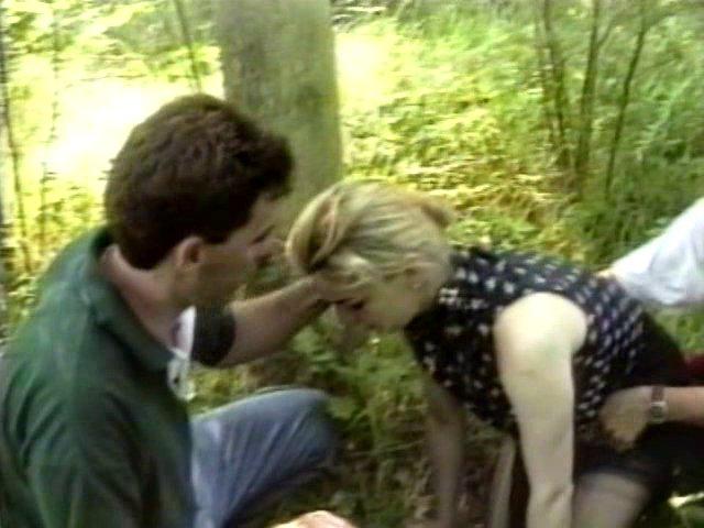 Femme baisée dans la forêt