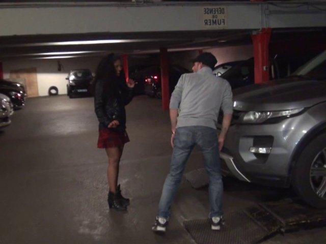 Garagiste baise une jeune antillaise dans la voiture