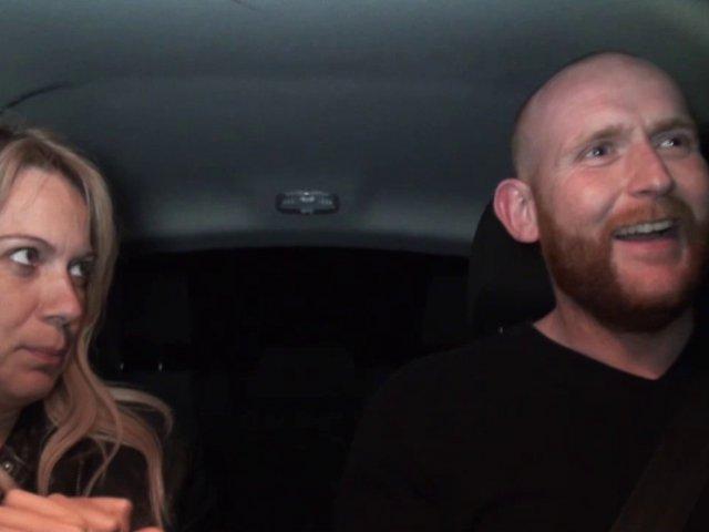 Blonde mature baisée dans la voiture