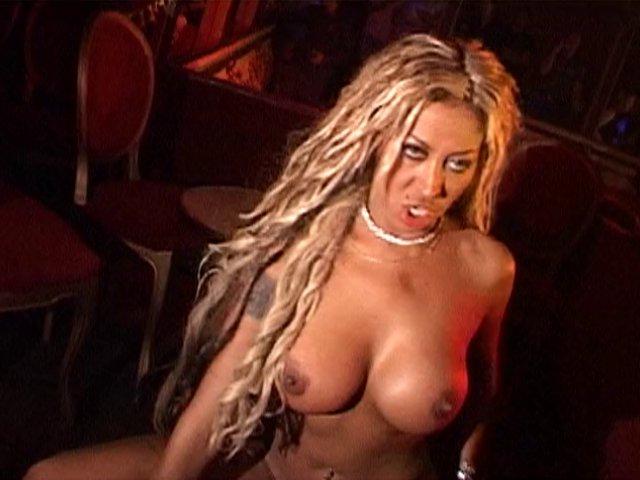 Blonde à gros seins baisée devant des spectateurs
